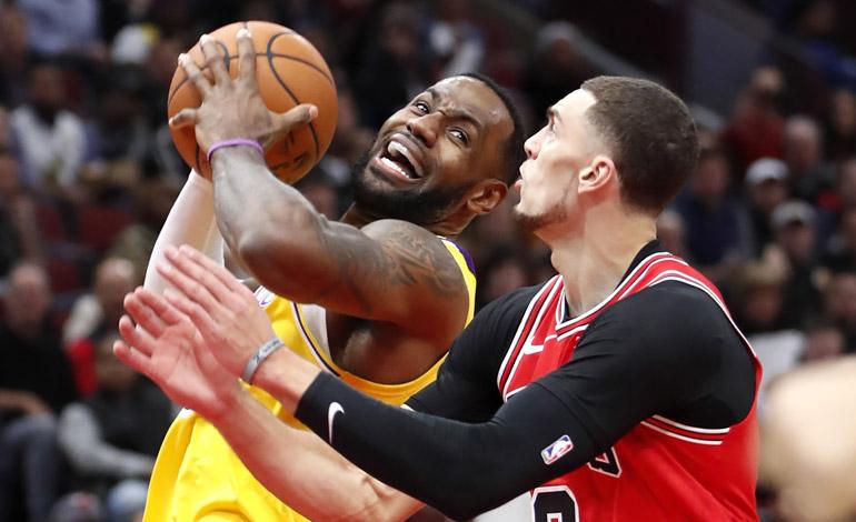 LeBron logra 'triple doble'; Lakers remontan a Bulls
