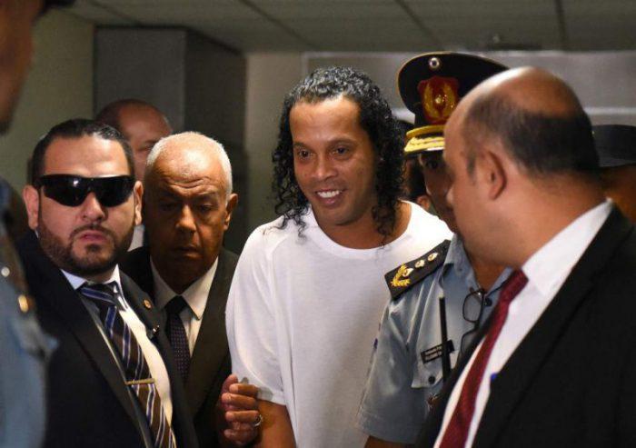 Ronaldinho sale de la cárcel tras pagar millonaria fianza